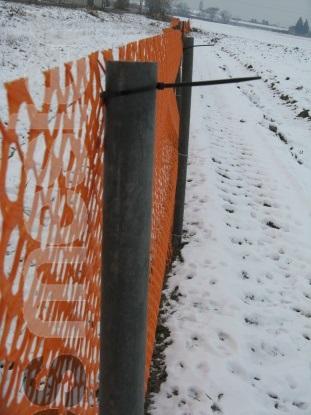 Hófogó háló, műanyag kerítés oszloppal