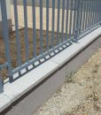 Szürke műkő kerítés fedlap kétoldali lejtéssel 5-7 cm vastag vízorral oszlop helyének kialakításával