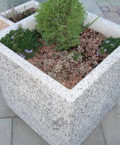 Színes szögletes beton virágládák közterületre